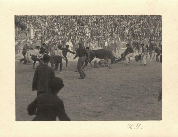Hemigway toreando en la plaza de toros de Pamplona