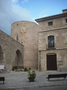 800px-Segorbe._Torre_del_Botxí_y_acueducto_2