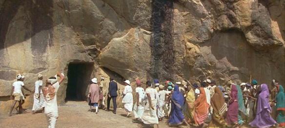 adela-y-aziz-entrando-en-las-cuevas-de-marabar